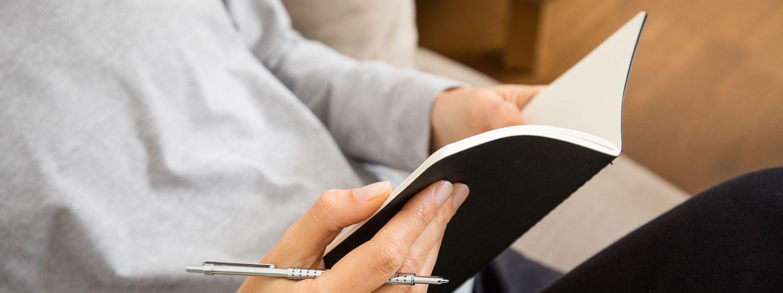 Das Schreiben eines Tagebuchs hilft dabei, Erinnerungen im Kopf aktiv zu halten.