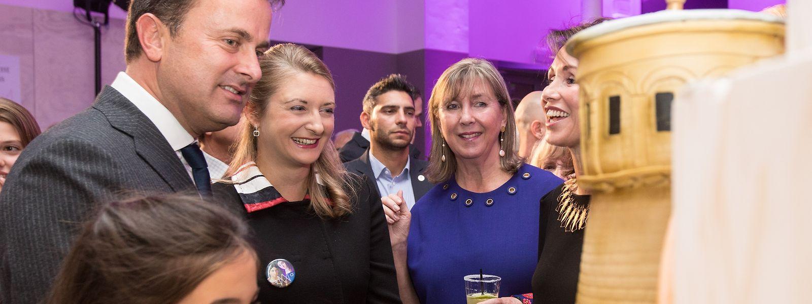 Premier- und Kulturminister Xavier Bettel, Erbgroßherzogin Stephanie, Stadtbürgermeisterin Lydie Polfer und Präsidentin Florence Reckinger bewundern die Geburtstagstorte.