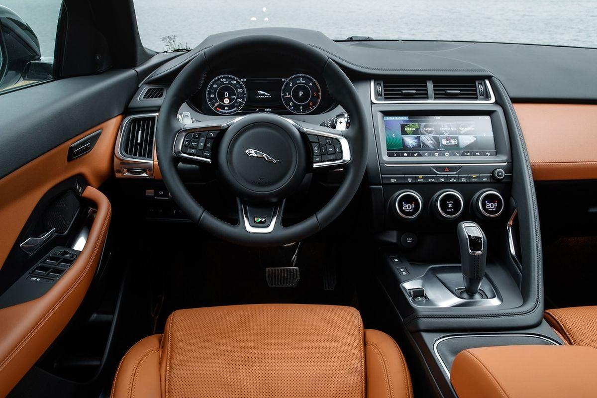 Das Cockpit des E-Pace wirkt aufgeräumt und elegant.