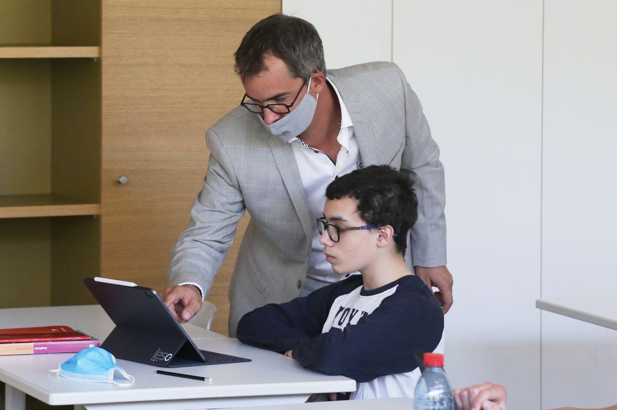 Sébastien Verbert porte assistance à un élève.