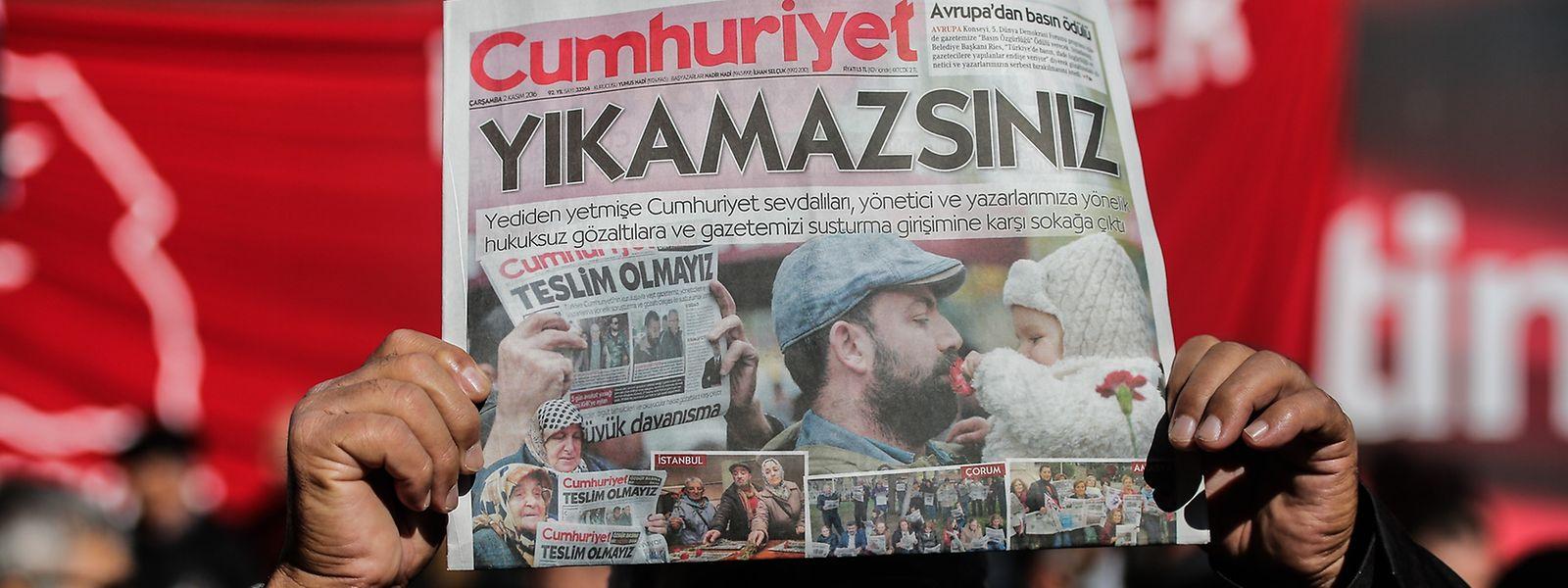 """Mitarbieter der regierungskritischen Zeitung """"Cumhuriyet"""" wurden verhaftet."""
