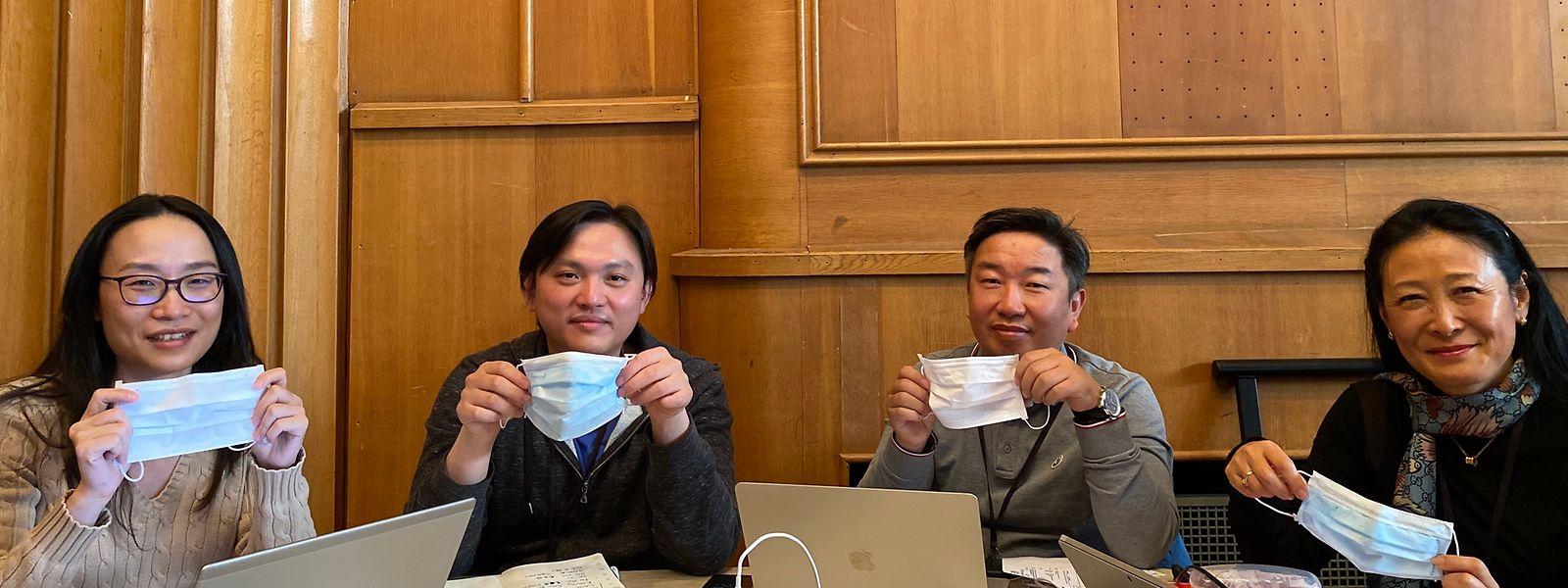 """Cheng Xia (2.v.l.) betreut die Materialbeschaffung in China. Zusammen mit seinen Kollegen Xiaoyan Huang, Yoon-shin Delcourt und Yongjun Kwon (v.l.n.r.) arbeitet er am """"Asia Desk"""" im Krisenstab der Santé in der Villa Louvigny."""
