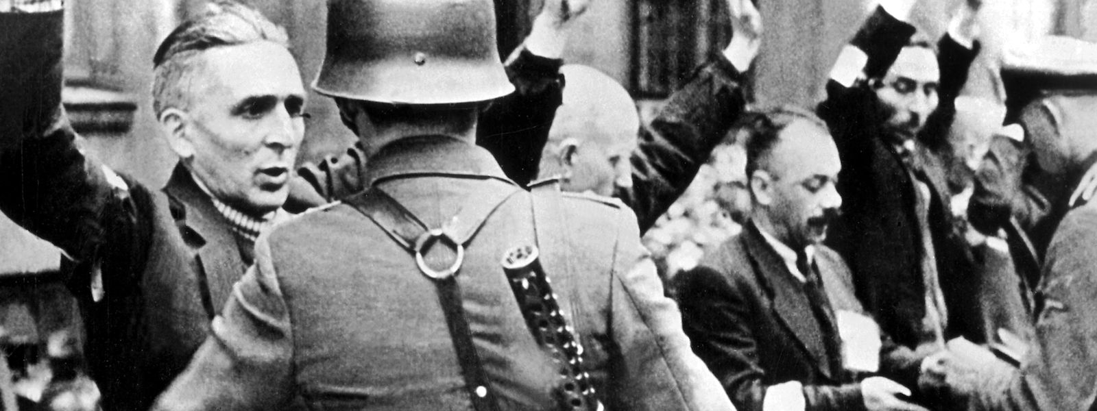 Die Nazis drangsalieren die Bewohner, pferchen sie in ein Ghetto ein. Diejenigen, die nicht dem eigenen Schicksal überlassen werden, werden in Konzentrationslager gebracht. Am 19. April 1943 wehren sich die Bewohner.