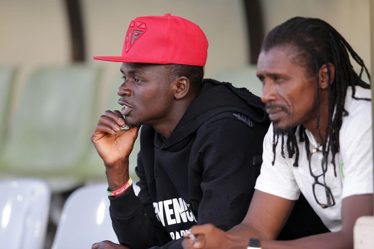 Sadio Mané zusammen mit Trainer Aliou Cissé vor der Partie.