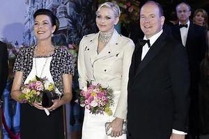 Prinzessin Caroline, Fürstin Charlene and Fürst Albert beim Rosenball in Monaco.