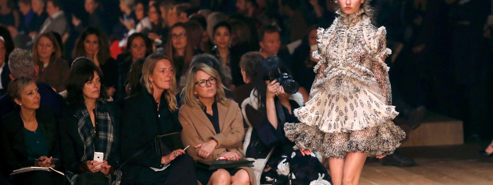Alexander McQueen setzt auf viktorianisch inspirierte Rüschenkleider.