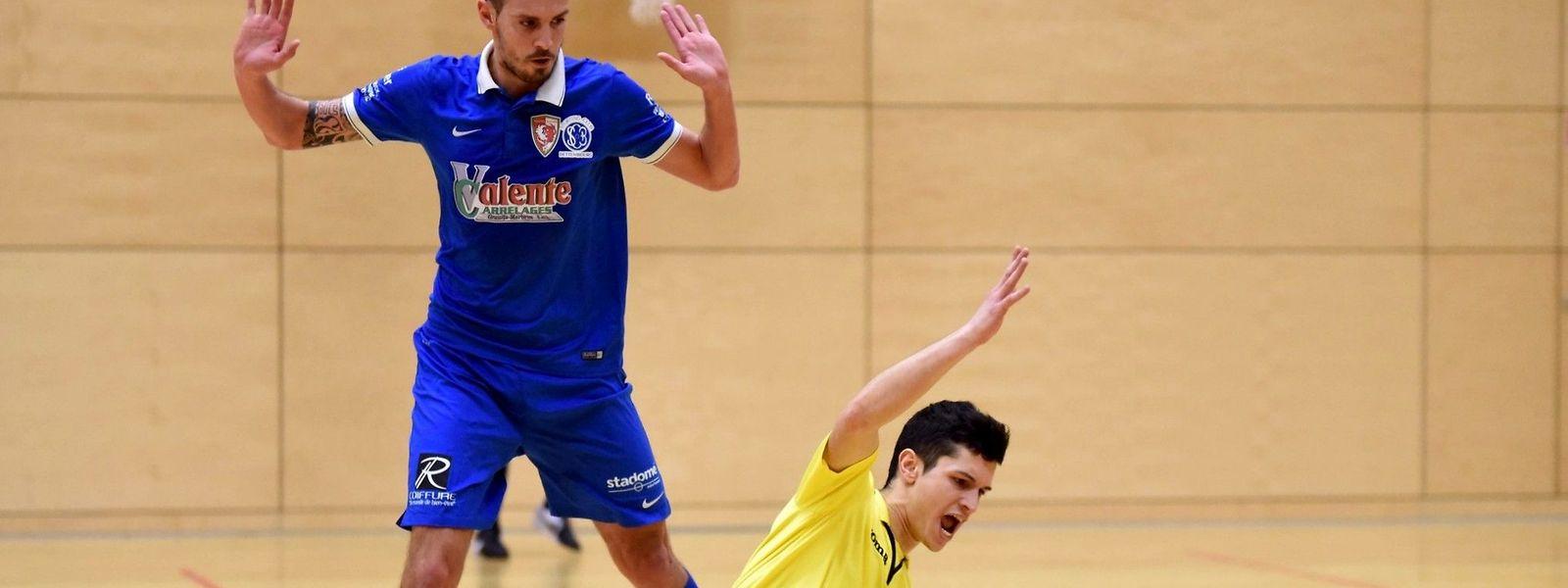Rafael Soares Valente (SC Bettembourg, en bleu) semble n'y être pour rien dans la chute de Henrique Manuel Marques Sa (FC Bettendorf)