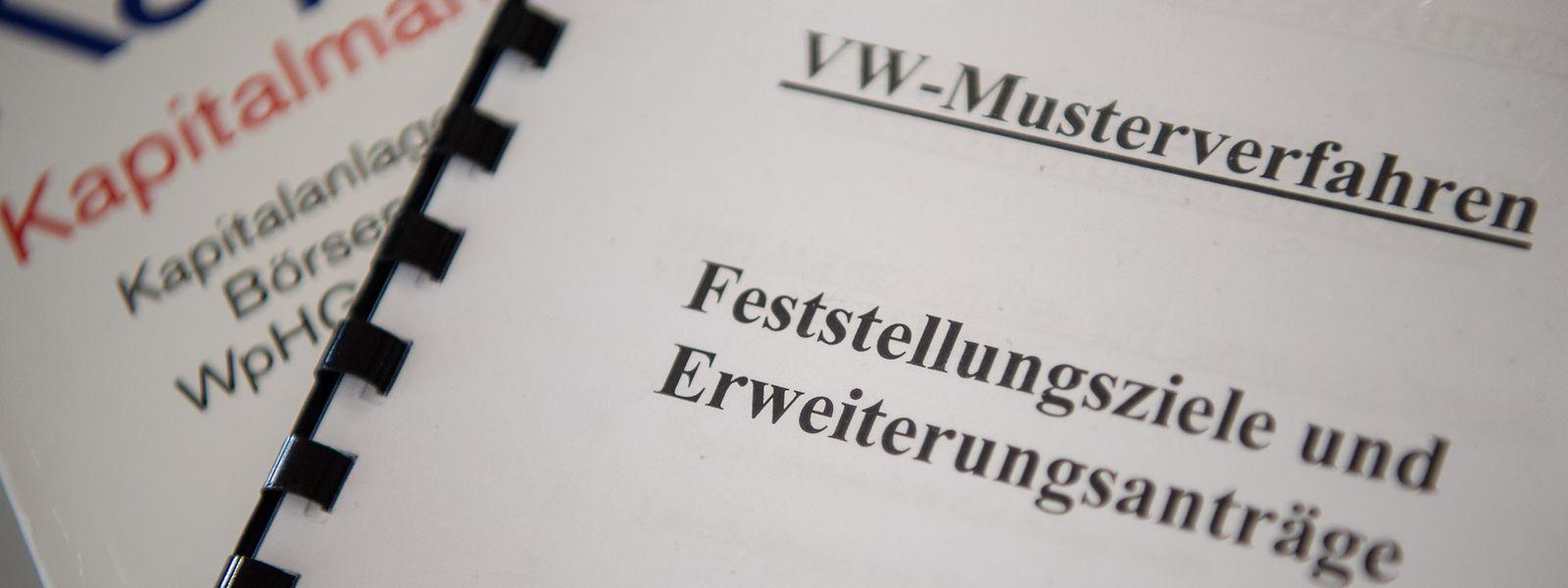 Zu Beginn eines Prüfverfahrens für ein mögliches zweites Musterverfahren zum VW-Dieselskandal vor dem Oberlandesgericht Stuttgart liegen Aktenordner in einem Gerichtssaal.