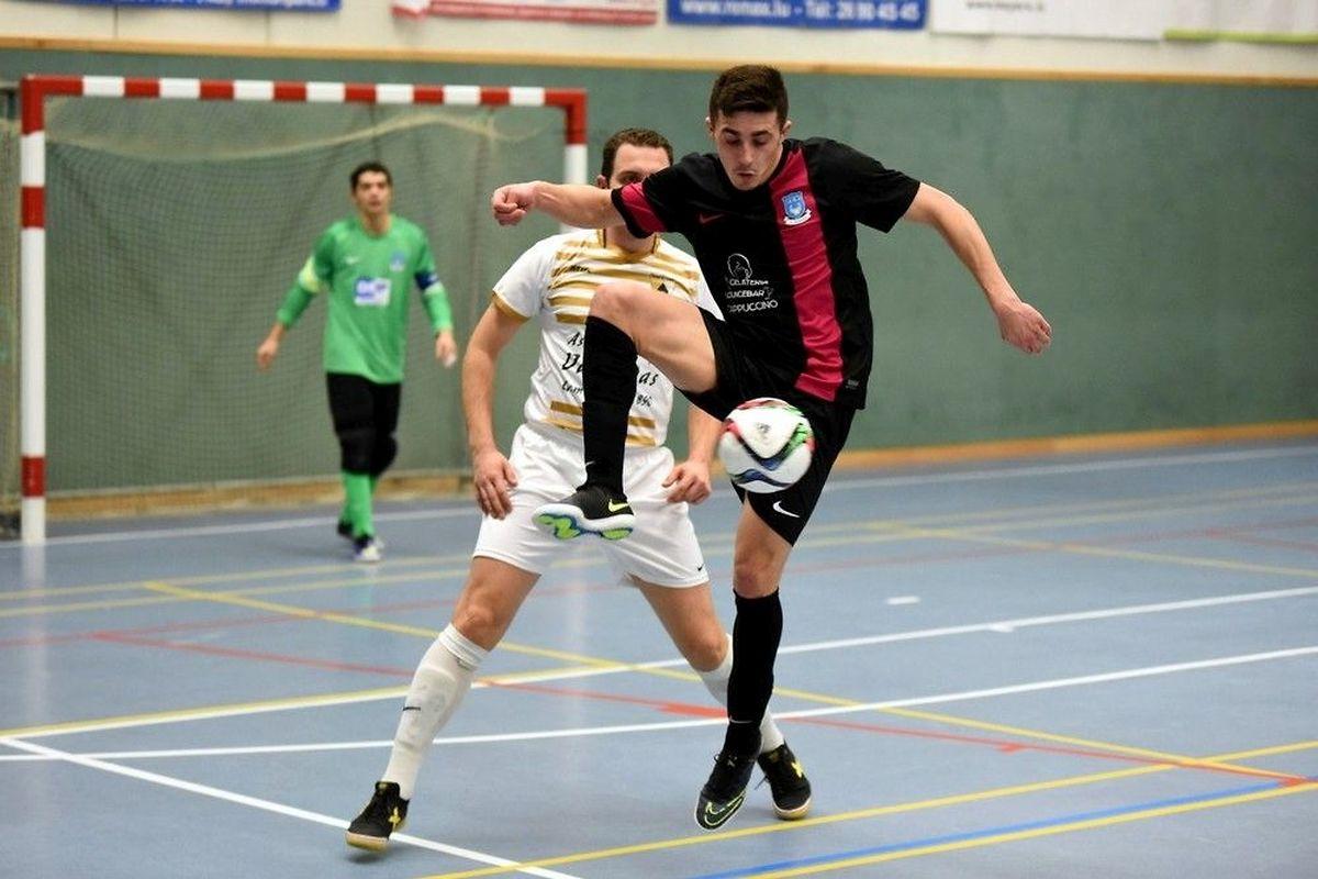 Toute la maîtrise en mouvement de Frederico Esteves Ferreira (Futsal Nordstad, en noir) sous les yeux d'Ilija Palamarevic (All Stars Colmar-Berg)