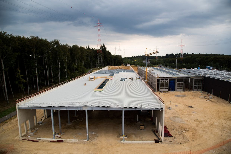 Ce bâtiment est le tout nouveau hangar à véhicules pour le tramway, long de 192 mètres et large de 32 mètres.