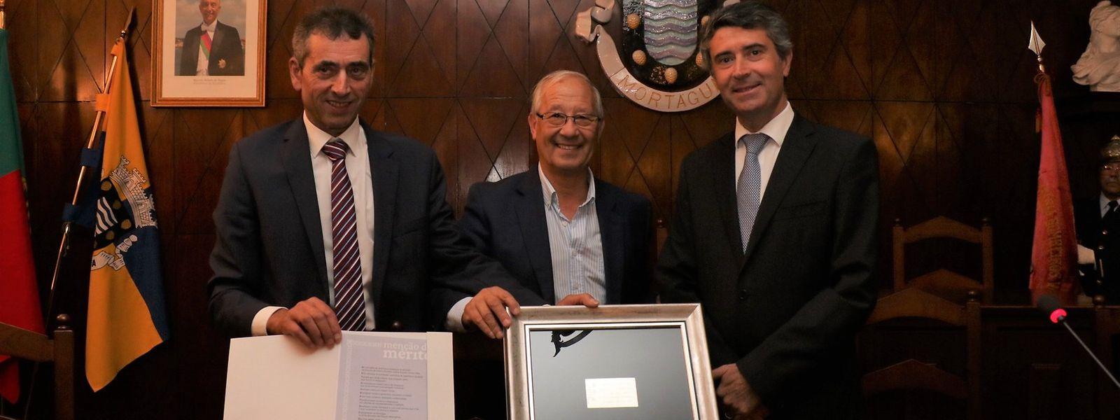 Horácio Martins, presidente da UDP-Wormeldange, ladeado pelo presidente da Câmara Municipal de Mortágua, Júlio Norte (esquerda) e pelo secretário de Estado das Comunidades Portuguesas, José Luís Carneiro.