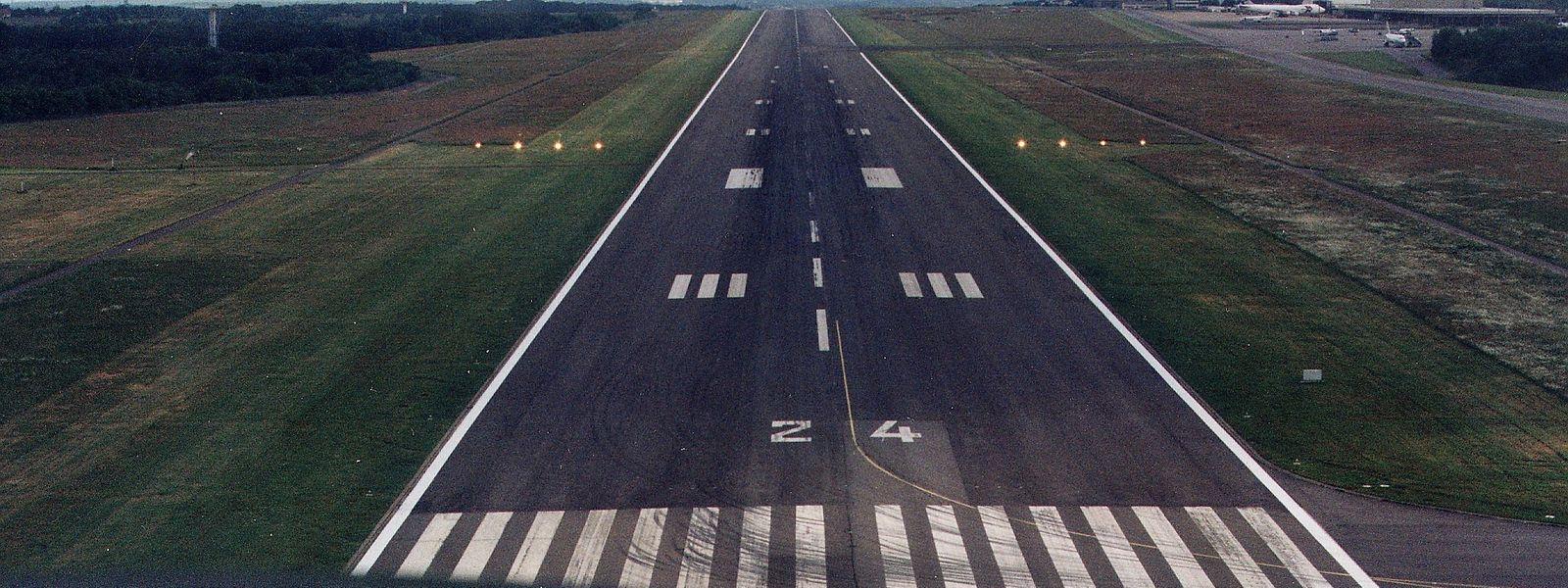 Die Erneuerung der Landebahn erfordert eine komplexe Baustelle.