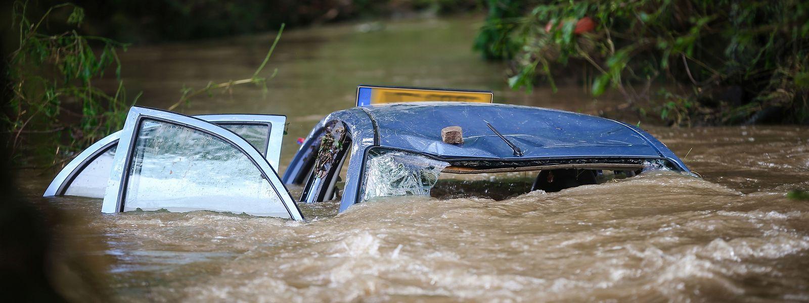 Im Juli 2016 schwammen mehrere Autos durch die Straßen des Ernztals. Sie wurden nach einem unerwartet starken Regen von den Hochwasserfluten mitgerissen.