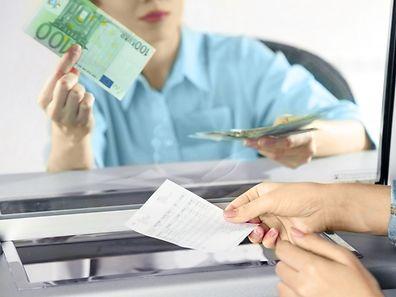 Der Bankschalter ist der Teil der Finanzwelt, die wir kennen. Doch heute sind die Geldströme größtenteils virtuell und lassen sich nur schwer kontrollieren.