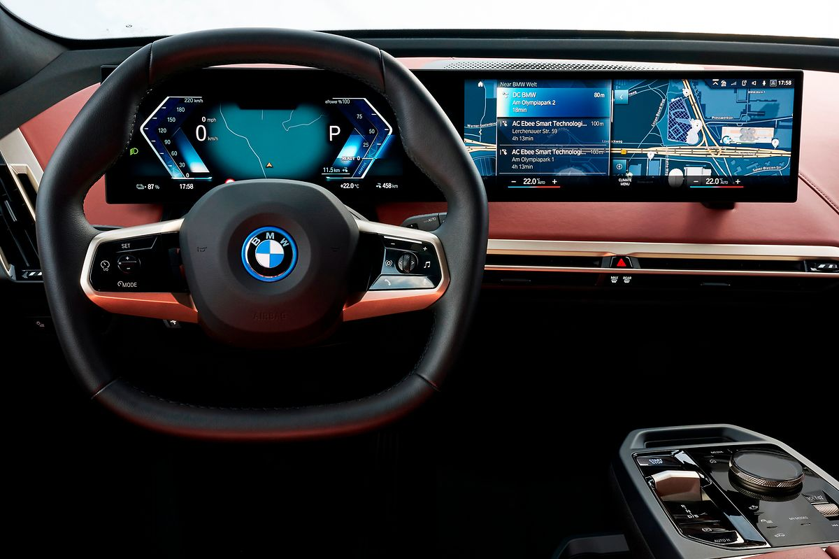 Der leicht über dem Armaturenbrett schwebende Curved Screen bietet die für BMW typische Fahrerorientierung.