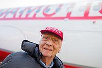 """ARCHIV - 20.03.2018, Nordrhein-Westfalen, Düsseldorf: Der Luftfahrtunternehmer und Ex-Rennfahrer Niki Lauda steht vor einem Airbus seiner Fluggesellschaft Laudamotion. Formel-1-Legende Niki Lauda befindet sich nach einer Lungentransplantation und Grippe-Erkrankung weiter auf dem Weg der Besserung. Lauda wird am Freitag (22.2.) 70 Jahre alt. (zu dpa """"Niki Lauda auf dem Weg der Besserung: «Kämpft wie ein Löwe»"""") Foto: Rolf Vennenbernd/dpa +++ dpa-Bildfunk +++"""