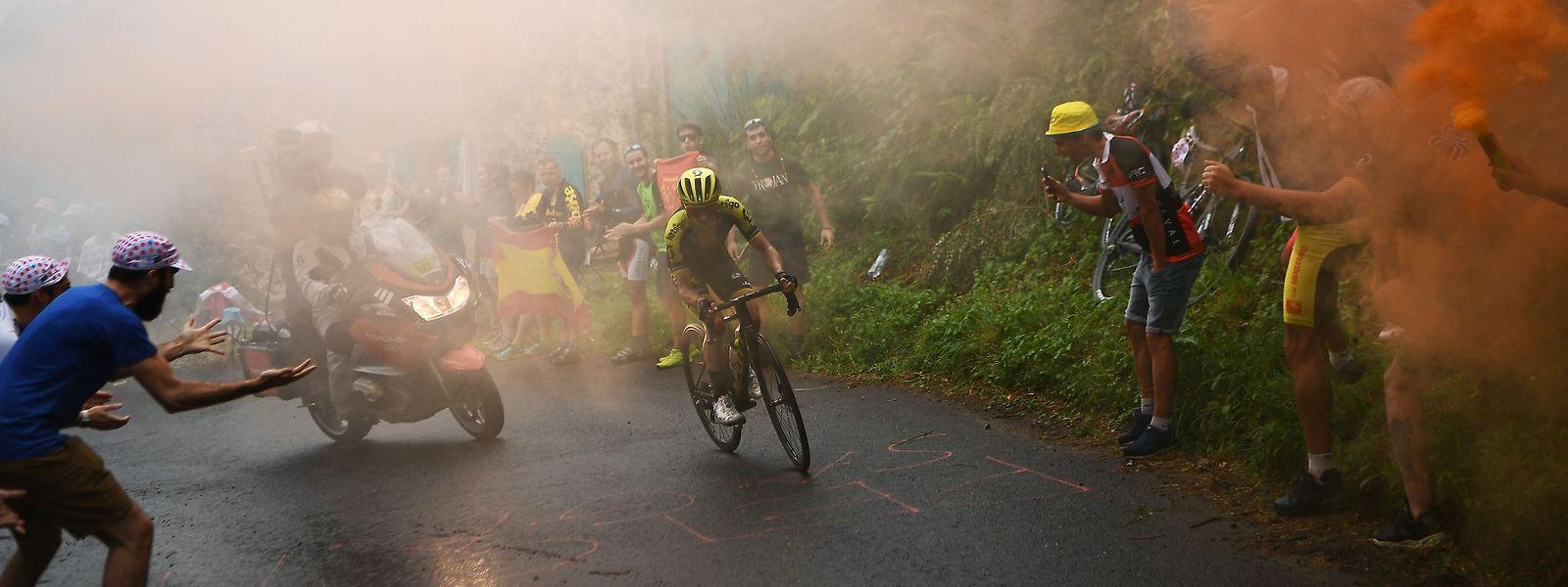 Simon Yates a fendu la foule et percé des écrans de fumée pour signer son second succès sur les routes françaises.