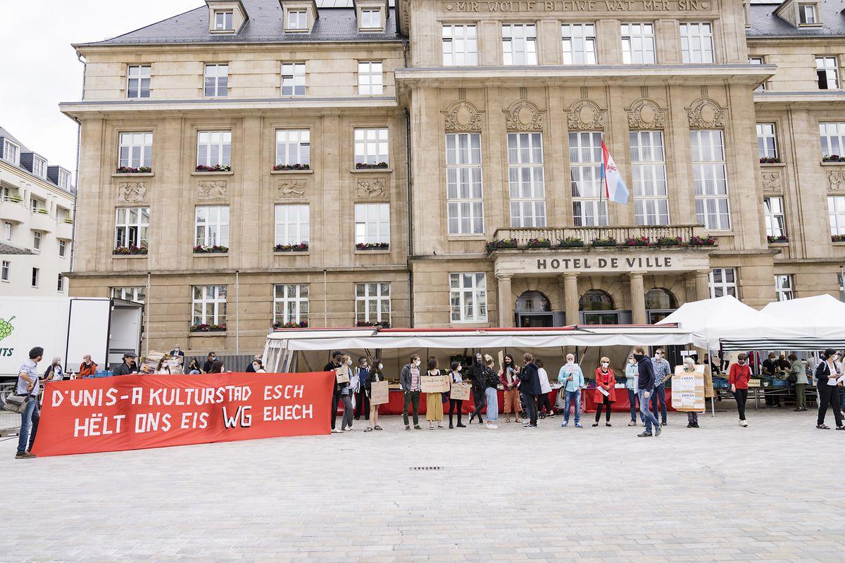 Die Demonstranten hatten sich am Dienstag vor dem Escher Rathaus versammelt.
