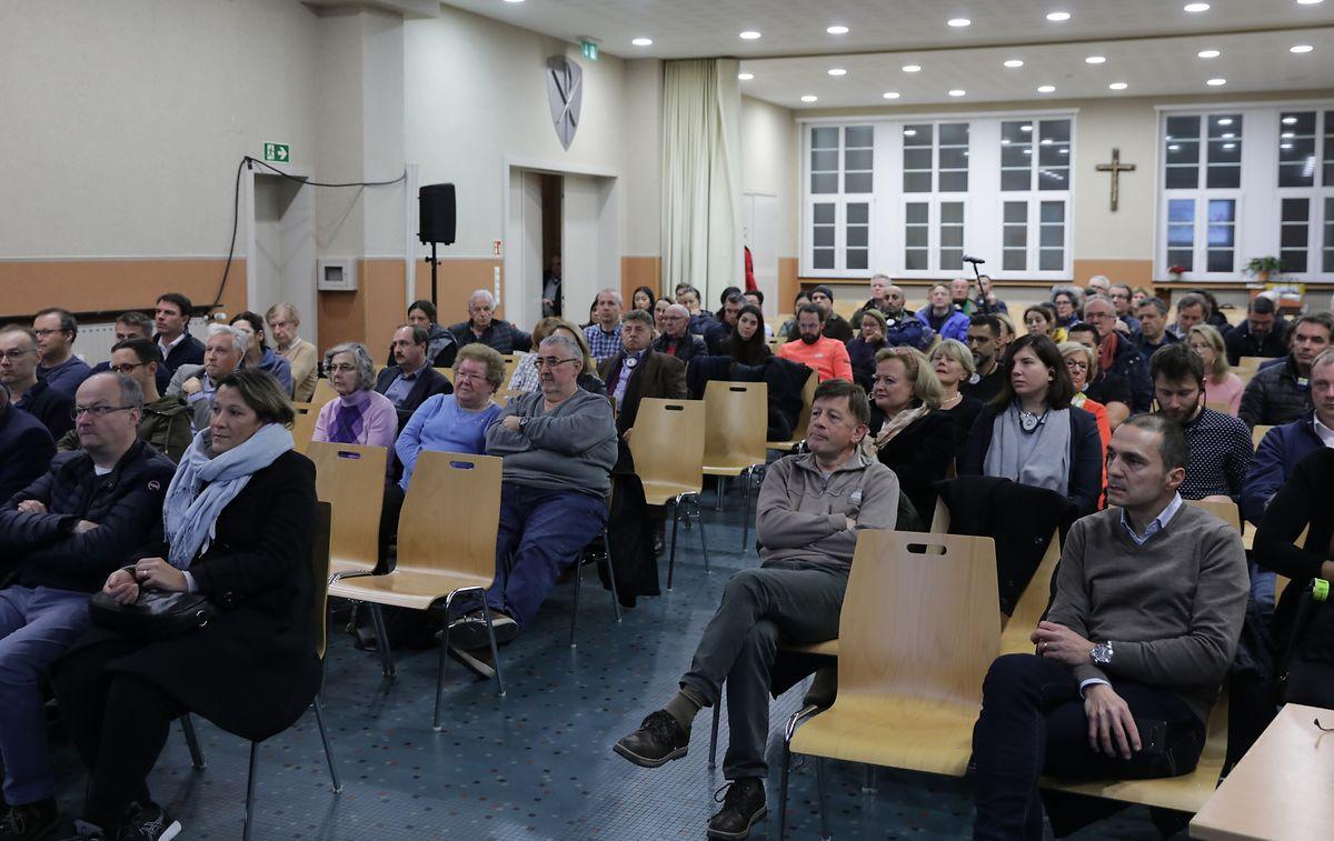 Zahlreiche interessierte Bürger und Geschäftsleute wohnten der Versammlung bei.