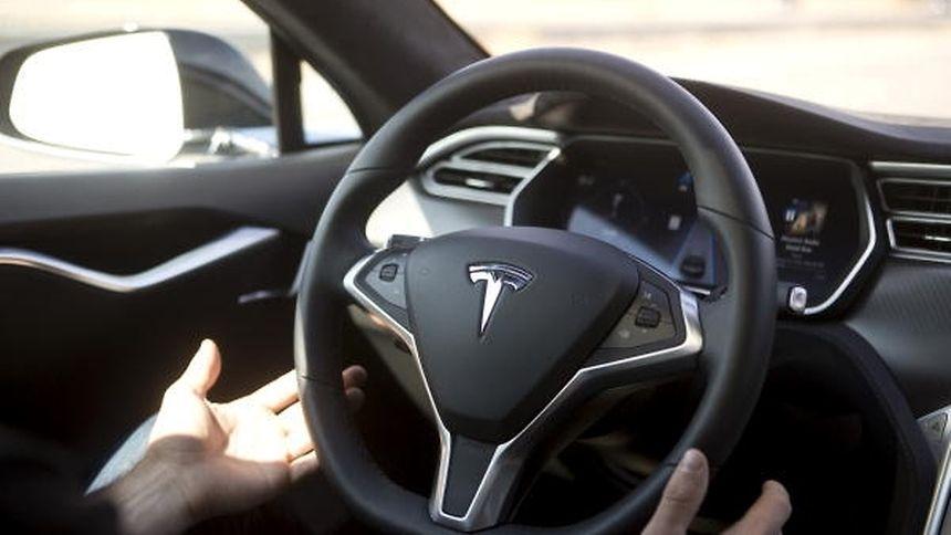Tesla warnt explizit davor, das Steuer längere Zeit aus den Händen zu geben.