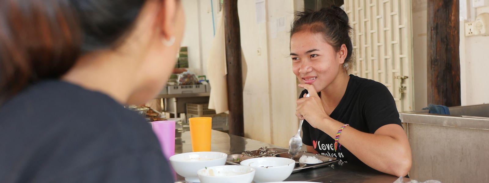 Die Auszubildende SreyNich bei einer kleinen Essenspause: Die junge Kambodschanerin arbeitet seit vier Monaten im Haven. Dort wird sie nicht nur als Servicekraft ausgebildet, SreyNich erhält auch Englischunterricht.