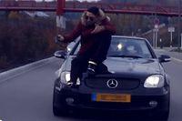 Auf der Motorhaube lässt sich Bandana durch die Straßen fahren.