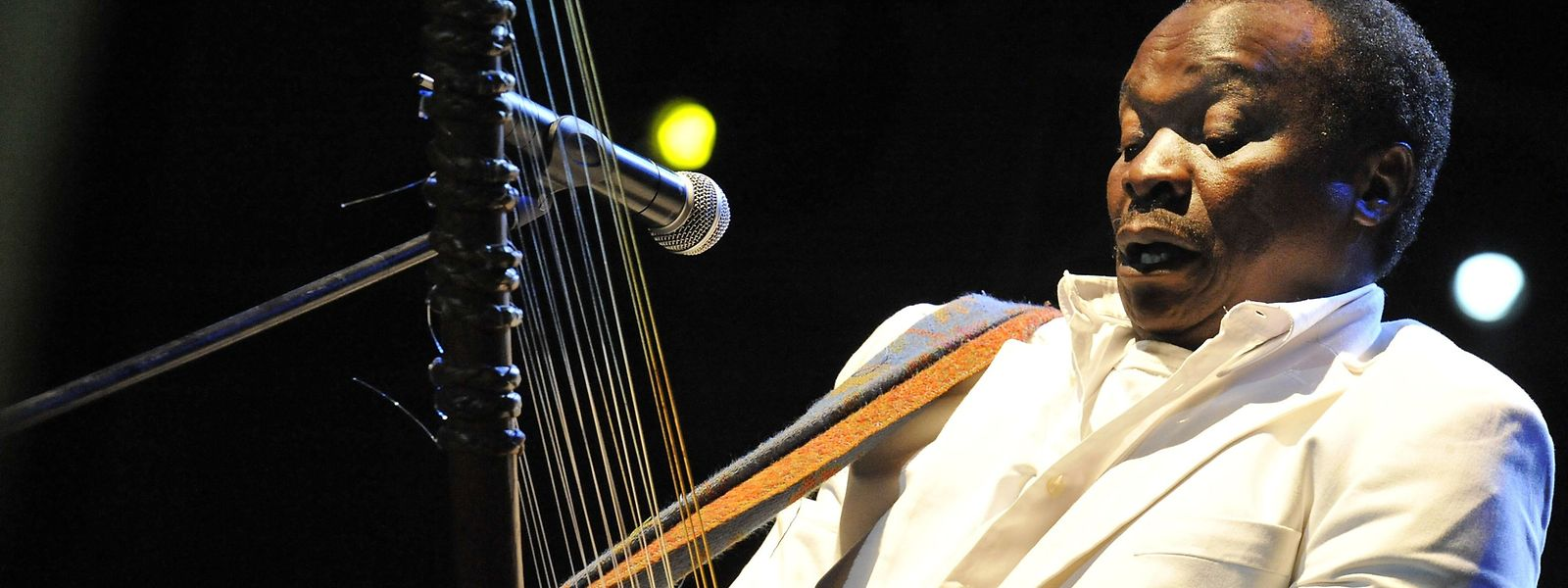 Mory Kante bei seiner 'Yéké yéké Anniversary Tour' im Jahr 2008.