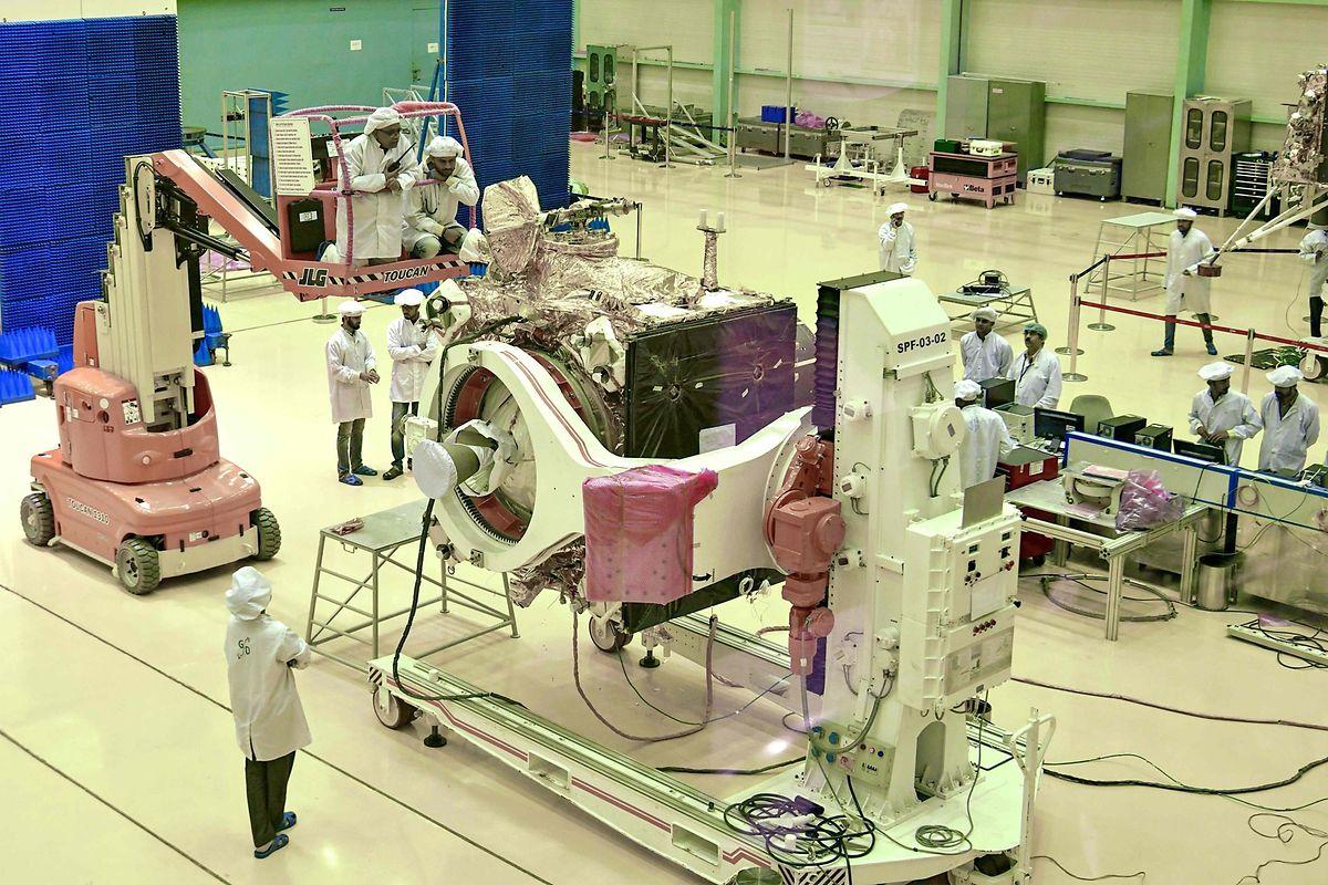 Sur cette photo prise le 12 juin au Space Research Organisation (ISRO), des scientifiques travaillent sur la sonde Chandrayaan-2.