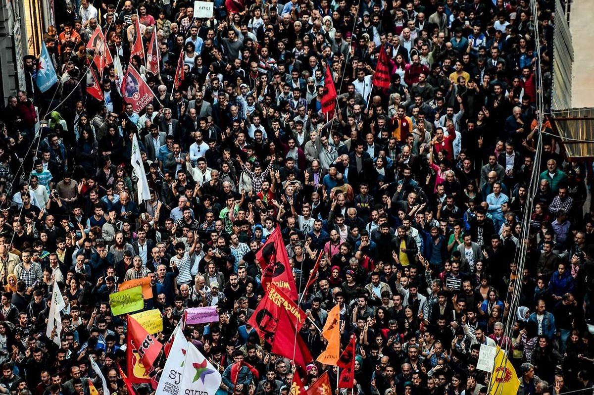 Tausende Demonstranten gedachten der Opfer des schlimmsten Terroranschlags in der Geschichte der Türkei.