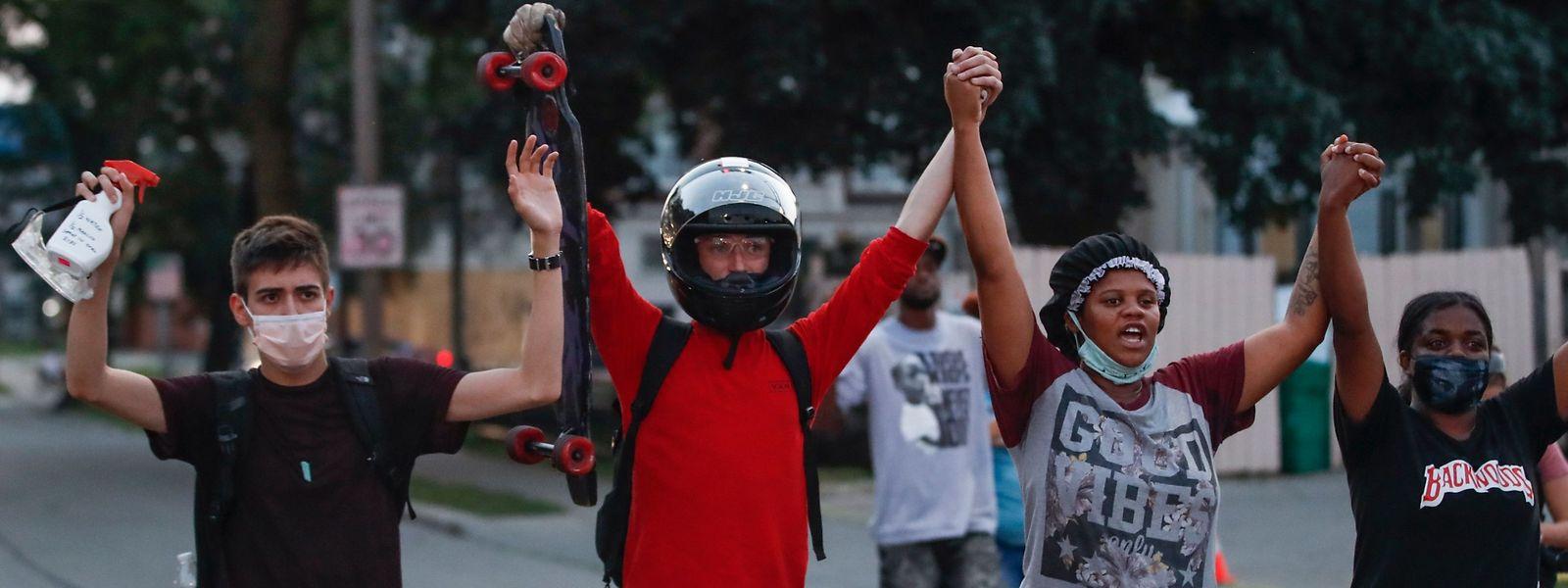 Friedliche Demonstranten kommen am Donnerstag in Kenosha zusammen.