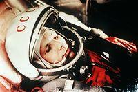 ARCHIV - 01.04.1961, Kasachstan, Baikonur: Der sowjetische Kosmonaut Juri Gagarin in seinem Raumanzug, kurz vor dem Start zum ersten bemannten Weltraumflug vom Weltraumbahnhof Baikonur aus. Dieses Foto ist im neuen Online-Archiv 60cosmonauts.mil.ru enthalten, allerdings in schwarz-weiß. 60 Jahre nach dem ersten Flug eines Menschen ins Weltall hat Russland historische Fotos und Dokumente zu Juri Gagarin und anderen Kosmonauten im Internet veröffentlicht. Foto: Lehtikuva/dpa +++ dpa-Bildfunk +++