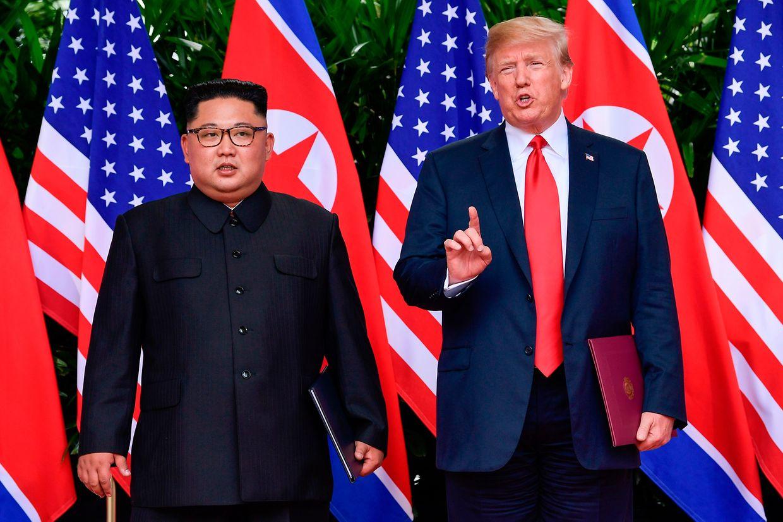 """O Presidente dos Estados Unidos e o líder norte-coreano assinaram em Singapura """"um importante e detalhado documento"""", segundo Donald Trump, e que permitirá ao """"mundo ver uma grande mudança"""", sublinhou Kim Jong-un."""