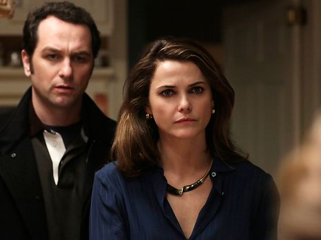 """THE AMERICANS -- """"Stingers"""" Episode 310 (Airs Wednesday, April 1, 10:00 PM e/p) Pictured (l-r): Matthew Rhys as Philip Jennings & Keri Russell as Elizabeth Jennings. CR: Patrick Harbon/FX"""