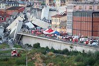 Les secours à pied d'oeuvre mercredi matin pour tenter de retrouver des survivants après l'effondrement du pont Morandi.