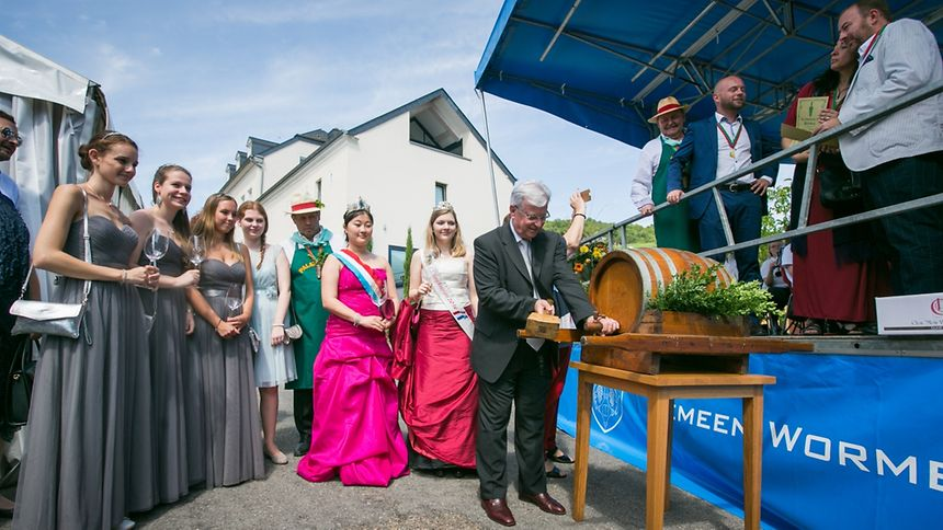 Der Wormeldinger Bürgermeister Jean Beining eröffnete das Ahner Weinfest in Anwesenheit der Rieslingkönigin Jeanne-Marie und der Weinkönigin Aline (l.)