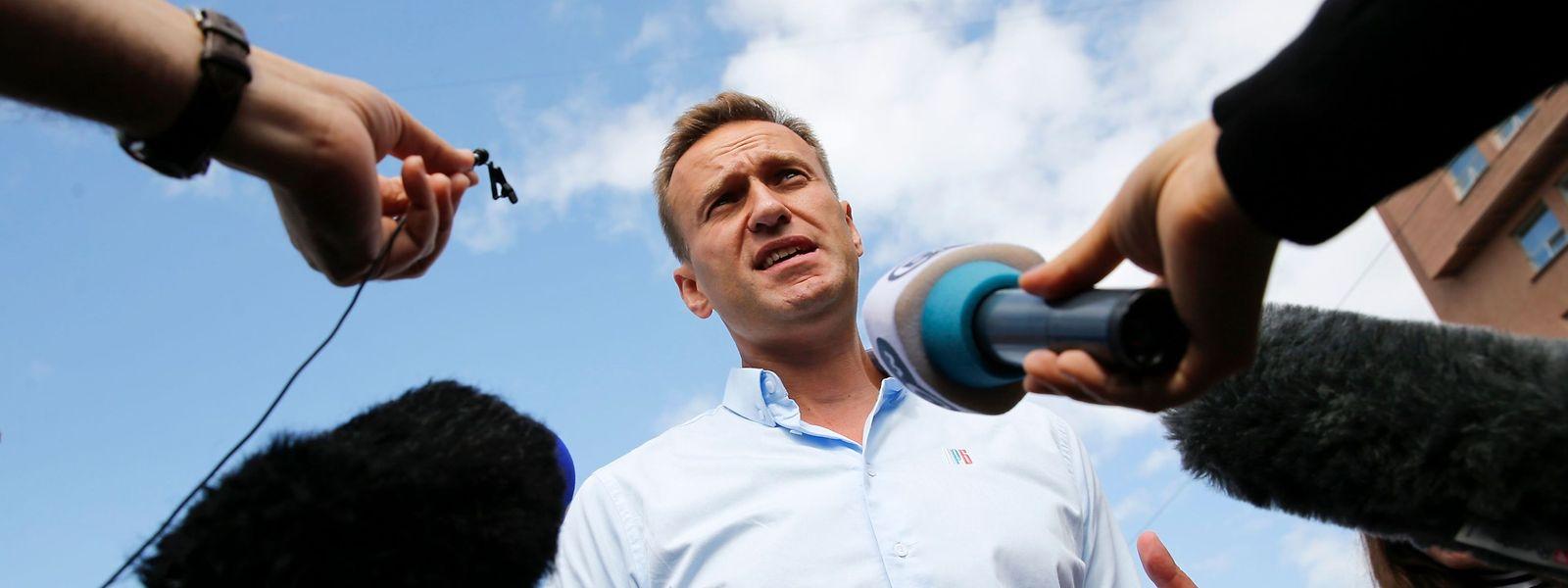 Niemand will es gewesen sein: Der russische Oppositionelle Alexej Nawalny liegt mit Vergiftungserscheinungen im Koma.