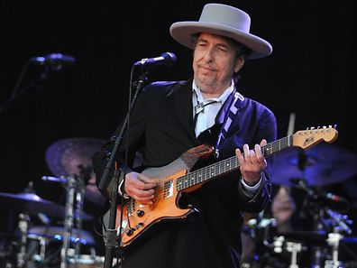 US-Legende Bob Dylan performing on stage during the 21st edition of the Vieilles Charrues music festival in Carhaix-Plouguer, western France.  This year the world of pop music has been moved by tears for the deaths of legends David Bowie, Prince and Leonard Cohen and seen the surprise Nobel prize for Bob Dylan. For certain the music of these legends will find themselves under the christmas trees of many, along with that of other, lesser known and more underground artists. / AFP PHOTO / FRED TANNEAU