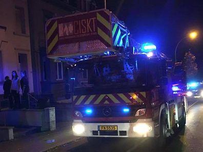 Les pompiers ont rapidement évacué la marmite qui a pris feu.