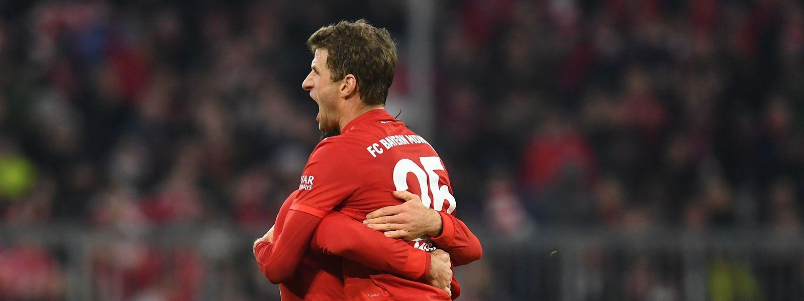 Leon Goretzka (l.) und Thomas Müller machten schnell klar, wer die bessere Mannschaft war.