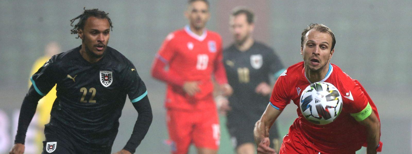 Lars Gerson da seleção luxemburguesa (à direita) disputa a bola com Valentino Lazaro numa amigável entre o Luxemburgo e a Áustria no estádio Josy Barthel na cidade do Luxemburgo, em novembro do ano passado.