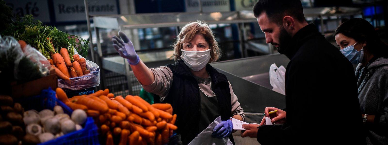 Vendedora de frutas e legumes no mercado municipal de Benfica, em Lisboa.