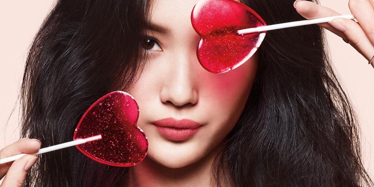 """Für kussfähige Lippen in Candy-Tönen wie diesem: """"Powder Kiss Liquid Lipcolour"""" von MAC Cosmetics, erhältlich in zwölf Farben, um 24 Euro."""