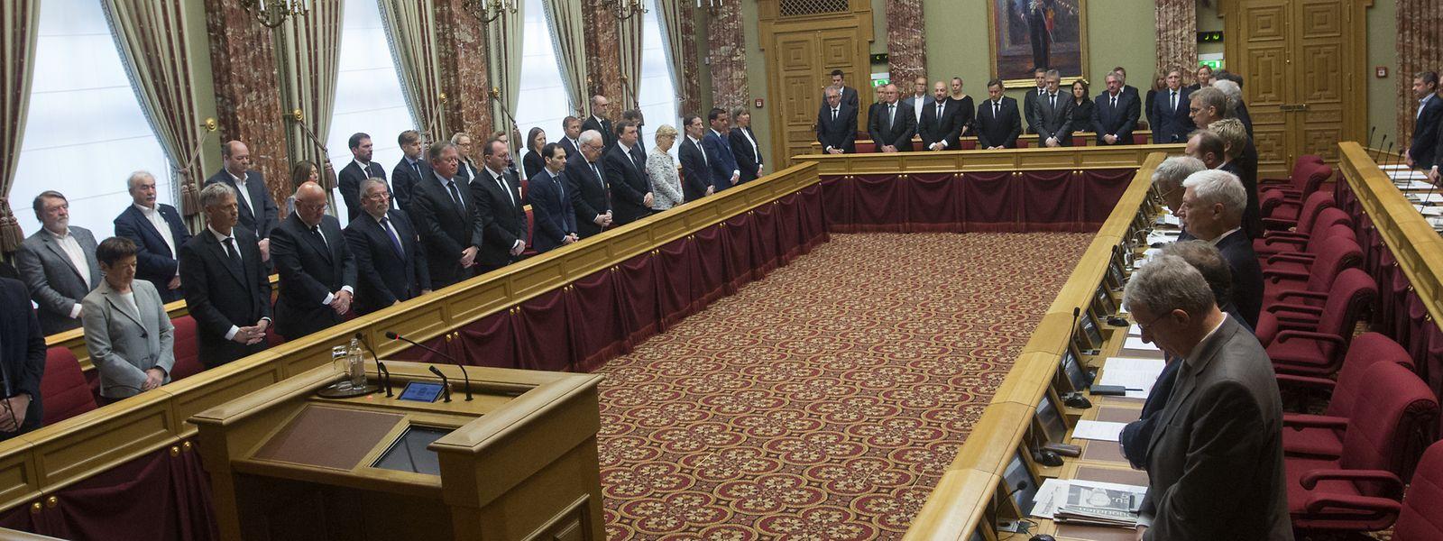 Die Abgeordneten und Minister während der Schweigeminute für Großherzog Jean.