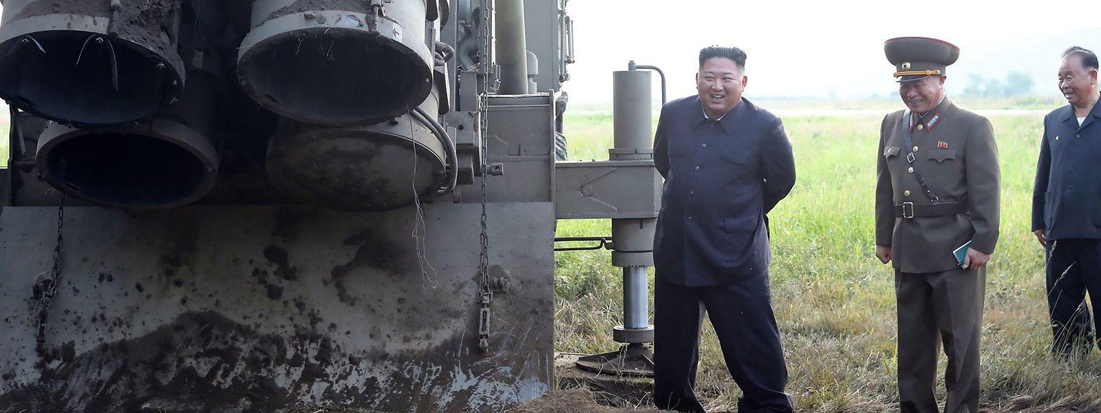 Freudige Erregung: Kim Jong Un (l.) mit Militärs neben einem Raketenwerfer. Echtheit und Aufnahmedatum des Fotos aus Nordkorea konnten allerdings nicht unabhängig bestätigt werden.