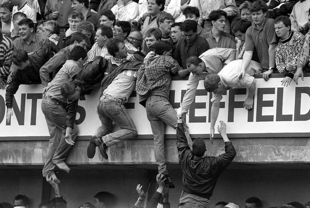Um dem Gedränge zu entkommen, ließen sich einige Zuschauer auf die oberen Ränge ziehen. 96 Menschen starben auf den Tribünen hinter dem Tor von Nottingham Forest.