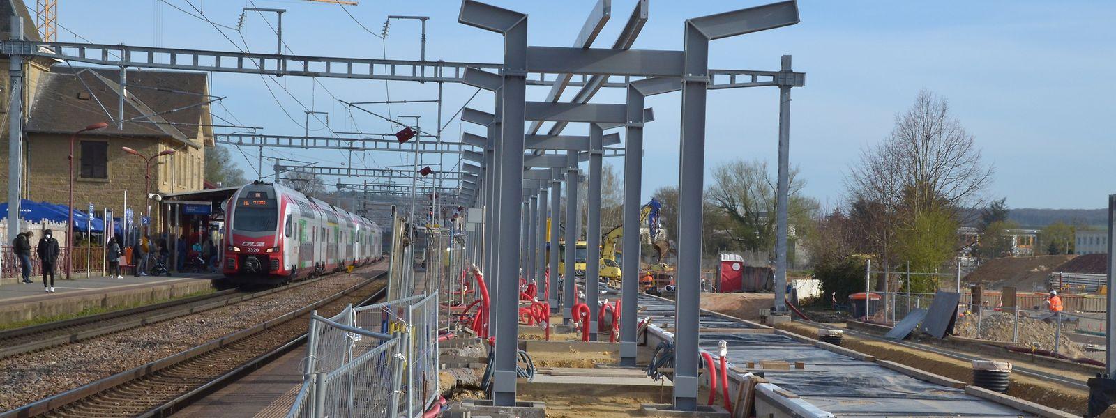 Die Stützen für das zukünftige Dach stehen bereit. Rechts erkennt man den Teil des Bahnsteigs, der als erstes fertiggestellt wird.