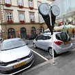 Dans chacune des 5 stations Carloh (ici celle du «klenge Knuedler», rue Notre-Dame), l'abonné a accès à une Volkswagen Polo ou à une Opel Meriva.
