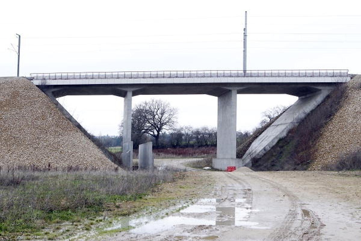 Die Brücke, unter die die Umgehungsstraße von Dippach-Gare führen wird, steht bereits. Im Sommer 2019 sollen die Bauarbeiten an der Straße beginnen.