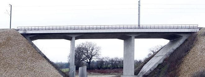 Ein kurioses Bild bietet seit Jahren diese Eisenbahnbrücke. Die Unterbrechung des Eisenbahndamms macht ohne die geplante Umgehungsstraße augenscheinlich keinen Sinn.