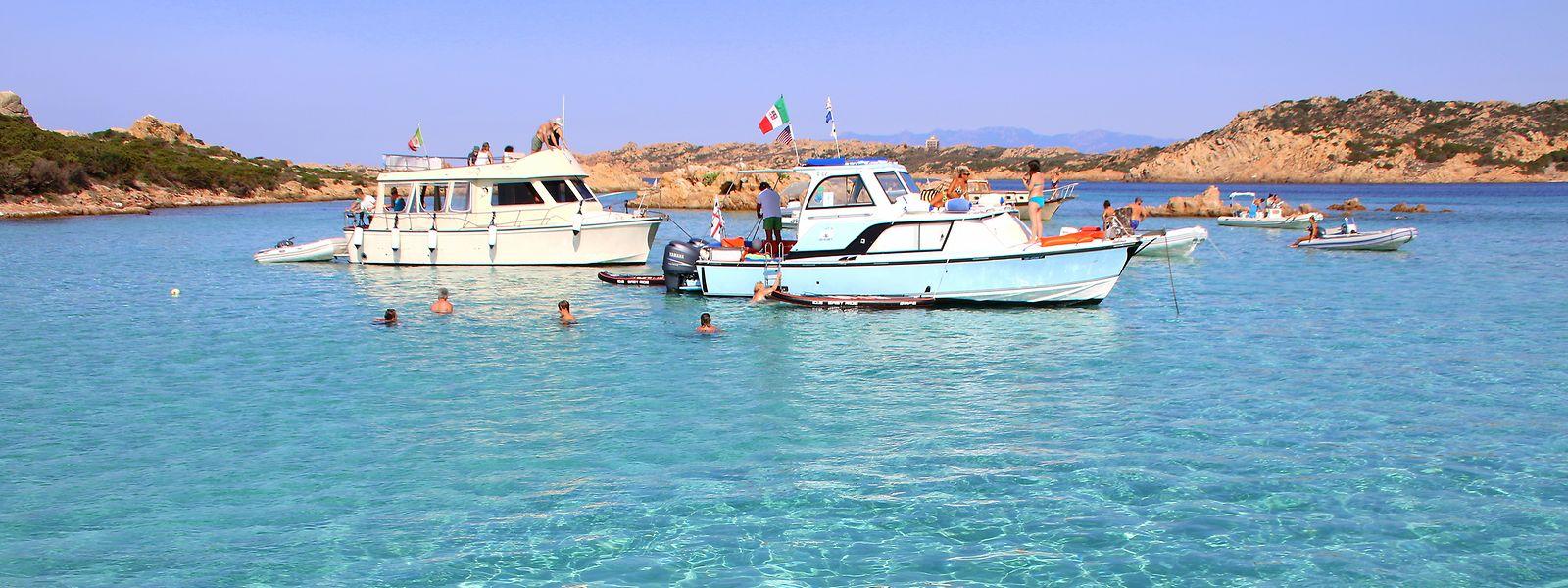 Motorboote vor der Insel Razzoli im La Maddalena-Nationalpark.